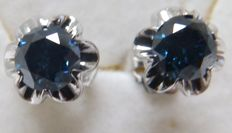 Eearrings in 18 kt gold with natural brilliant-cut diamonds of 0.68 ct and 0.67 ct. (Fancy blue / SI2) IGE certificate.