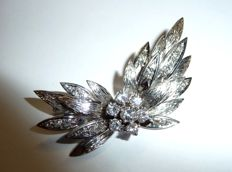 Glamorous brooch in 14kt / 590 white gold with 1.1 ct in total, 0.60 of which are in the central flower H/VVS-IF
