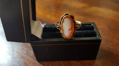Yellow gold antique ring set with natural shell cameo