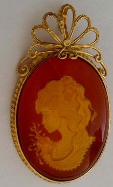 Cameo pendant/brooch in 18 kt yellow gold Weight: