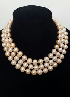 Long necklace composed of freshwater cultured peach-coloured pearls -- Length: 133 cm