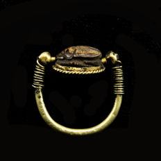 Egyptian gold swivel ring with glazed steatite scarab. -28mm