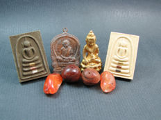 4 Buddhist amulets together with 4 Carnelian prayer beads - Thailand and Himalayan regions - 1975 and younger.