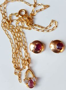Necklace (42 cm) with rubies and diamonds + earrings with rubies - all in 18 kt gold.