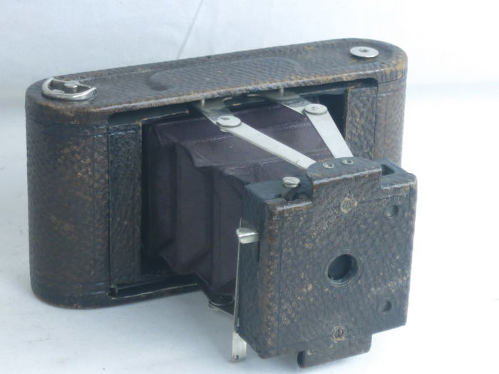 KODAK N. 1A FOLDING POCKET, with pull-out front, with red bellows, ca. 1905.Good condition