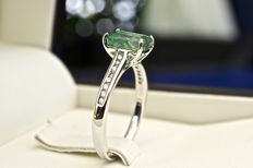 18 kt rhodium-plated white gold ring and octagonal cut Emerald of 1.42 ct with ring body channel-set with natural brilliant cut diamonds of 0.13 ct G-H SI,