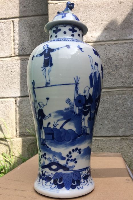 Beautiful blue-white Porcelain vase with lid, decoration with 12 figures - China - 19th Century