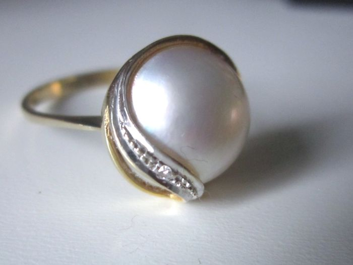 Ring with big Mabe pearl and diamond set in 585 gold
