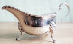 An Edwardian silver sauce boat - William Hutton - London - 1901-1902