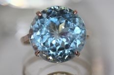 18 kt gold ring set with natural blue topaz, 12 ct, size 54