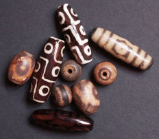 Lot of 9 unique beads in agate - Tibet - 20th and 21st century.