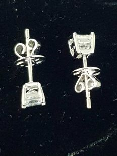 White gold studs earrings with 2 solitaire diamonds