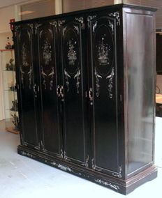 Mahogany linen closet 4-doors, inlaid with mother of pearl - origin Vietnam - 1st half 20th century