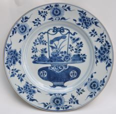Plate with flower basket decoration - Chinese - first half of the 18th century