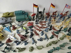 Large collection of approx. 235 soldiers and accessories, various manufacturers, 1/32