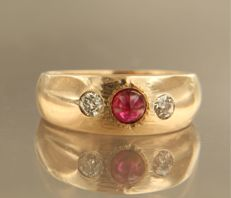14 kt rose gold ring set with ruby and 2 Bolshevik cut diamonds of approx. 0.22 ct in total, ring size 18 (57)