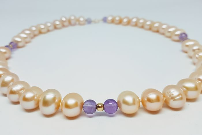 Necklace made of cultured freshwater pearls and amethyst - 585 gold clasp - 49 cm - hand-knotted