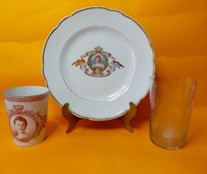 Porcelain beaker and plate and Leerdam glass, inauguration Queen Wilhelmina 1898