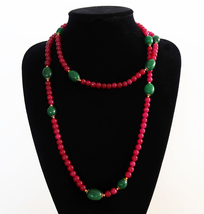 Long necklace of rubies and polished emeralds - 14 kt gold clasp - 695 ct - 117 cm.