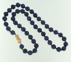 14 kt Rose gold clasp set with an emerald, on a lapis lazuli necklace, necklace length 55 cm