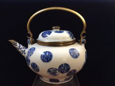 Porcelain, blue and white teapot - China - late 19th/early 20th century