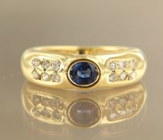 18 kt yellow gold ring set with sapphire and 12 brilliant cut diamonds of approx. 0.44 ct in total