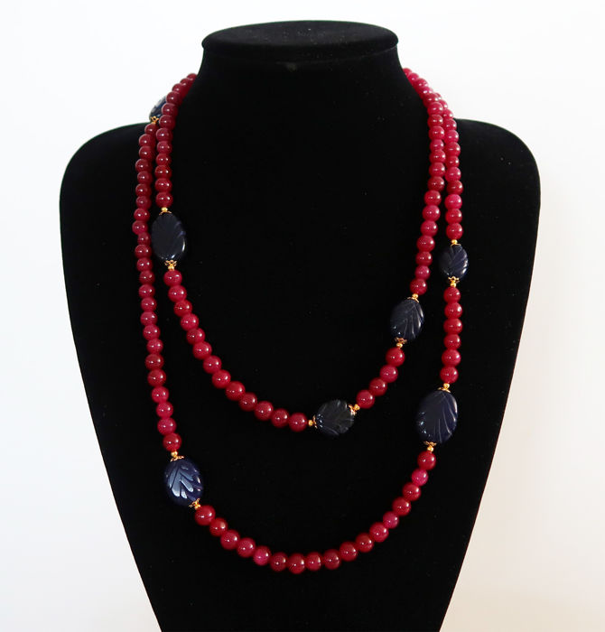 Long necklace of polished rubies and engraved sapphires - 14kt gold clasp - 710 ct - 127 cm