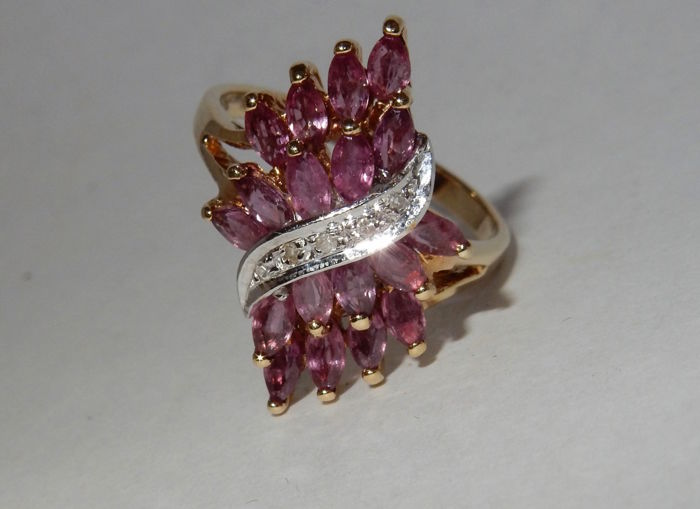 Splendid gold ring with rubies and diamonds of 2.375 ct in total.