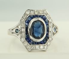 14 kt white gold ring set with sapphire and 24 single cut diamonds of approx. 0.28 ct in total