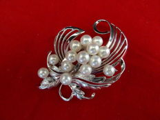 Silver brooch with cultured freshwater pears