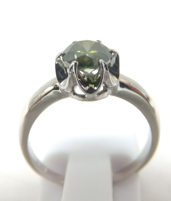 18 kt gold ring with natural brilliant cut diamond weighing 0.83 ct. (Fancy Green/SI2). IGE certificate.