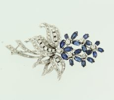 18 kt white gold brooch set with sapphire and 84 brilliant and single cut diamonds, approx. 1.60 ct in total