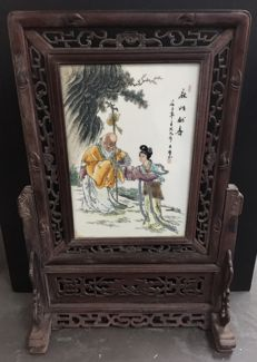 Wooden and Porcelain screen depicting Shoulao - China - late 20th century
