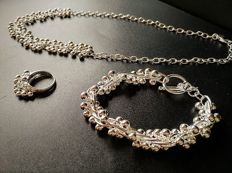 Set in 925 silver with necklace, bracelet (45 and 20 cm long) and ring (20 mm in diameter)