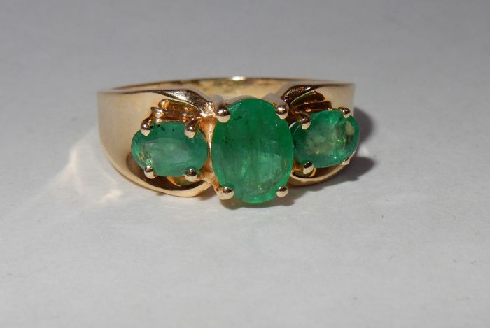 Splendid 14 kt Gold Ring with 3 Emeralds for a total of 1.90 ct signed Nissko