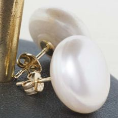 18 kt gold earrings with beige culture pearls 13 mm
