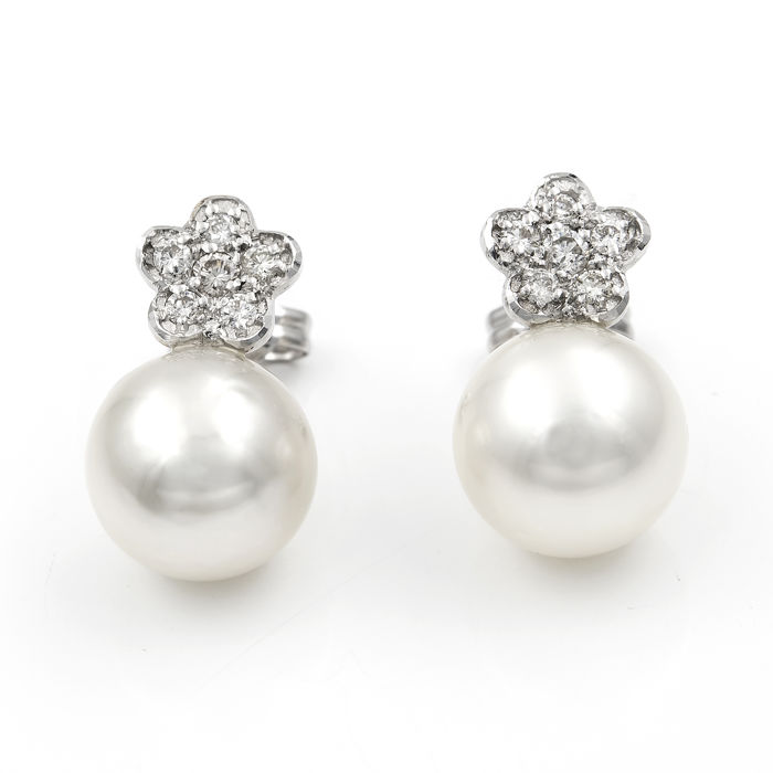 White gold 18 kt (750/1000)  - Earrings - Brilliant cut diamonds, 0.30 ct - Australian South Sea pearls 10.30 mm (approx) - Earring height 17.40 mm