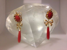 Earrings in 18 kt gold and coral.