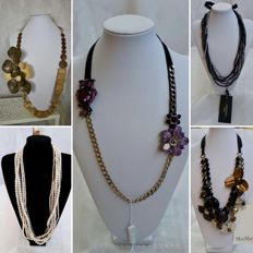 5 MAX MARA necklaces - Various necklaces including adjustable models with pearls, crystals, rhinestone, wood and glass