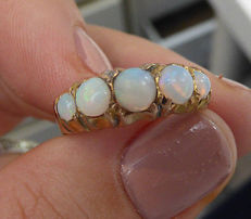 Victorian ring from 1855, made in 22 kt gold with opal