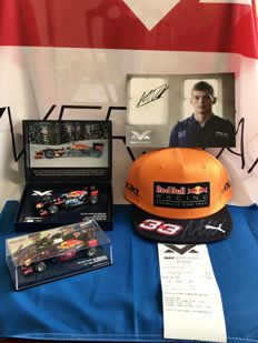 Minichamps - Scale 1/18-1/43 - Lot with 2 models, Max Verstappen hand signed cap - Spa 2017 & flag