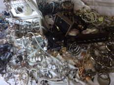 Collection of vintage jewellery, jewellery boxes - a lot of 185 pieces
