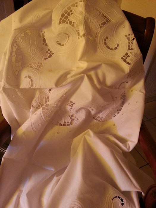 1 tablecloth and 2 placemats of cotton thread