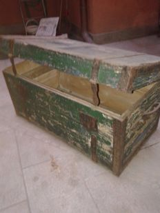 Travel trunk - in wood with iron handles - Italy - Early 20th century