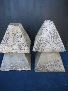 Pair of stone pyramids - Italy - 19th century