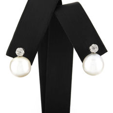 Yellow gold, 750/1000 (18 kt) – Earrings – Diamonds, 0.25 ct – Pearl, 10.50 mm – Maximum earring height:   15 mm (approx.)