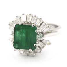 Cocktail ring in white gold with a central emerald, baguette-cut and brilliant-cut diamonds. Ring size: 13 (Spain)