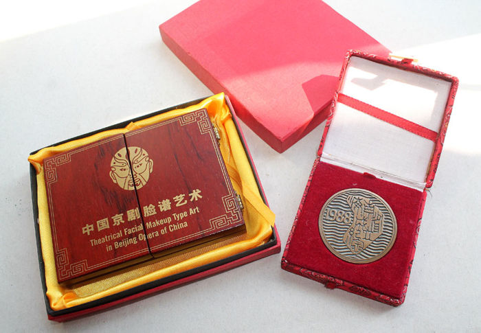 """China - medal set """"face make-up in the Peking Opera"""" + medal """"1988 Year of the Dragon"""""""
