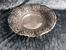Djokja silver dish with openwork lotus flower decorations with hammered bottom and standing on 3 legs, ca. 1920