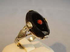 Art Deco ring with faceted black onyx (approx. 8ct) and coral bouton